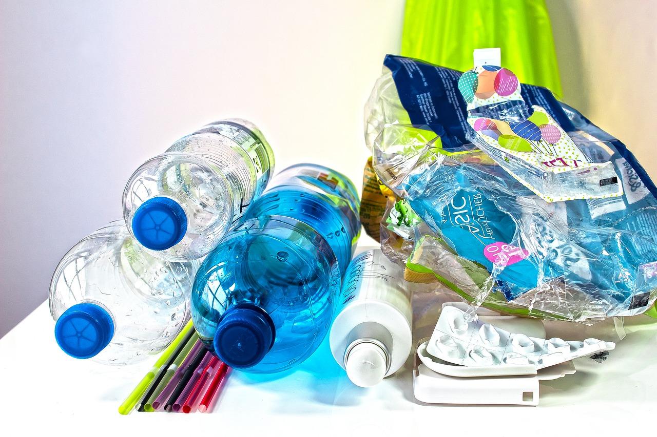 De plastic afvalberg groeit en groeit.De overheid legt geen heffing op nieuw plastic. Afval bedrijven blijven zitten met bergen gerecycled plastic.